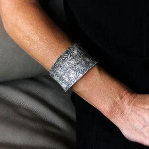 Wide folia silver cuff